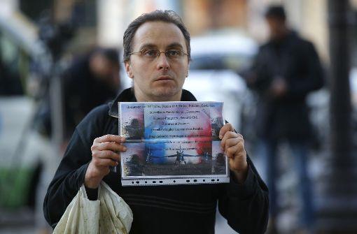 Mit einem Poster erklärt sich dieser Mann solidarisch mit den Einsatzkräften. Ein Polizist war bei dem Anschlag ums Leben gekommen. Foto: AP