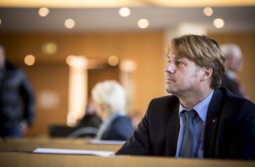 Bernd Klingler vor einer Sitzung des Stuttgarter Gemeinderats: Zuerst saß er hier für die FDP, inzwischen gehört er der AfD an Foto: Lichtgut/Leif Piechowski