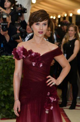 Met-Gala in New York: Scarlett Johansson trägt Mode von Harvey ...