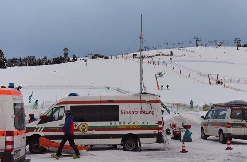 An dieser Schneekanone (rechts neben dem Sendemast des Einsatzfahrzeugs der Bergwacht) hat sich der tödliche Unfall ereignet. Foto: dpa