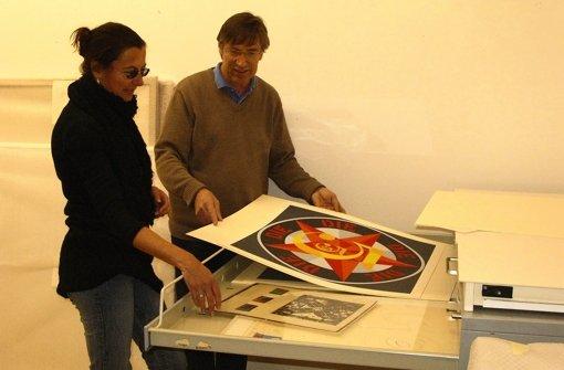 Kunstschulleiter Albrecht Weckmann begutachtet mit Ina Penßler vom Kunstbüro Teile der Sammlung, hier Werke von Robert Indiana. Foto: Jens Noll