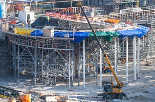 Erste 2000 Tonnen schwere Kelchstütze steht