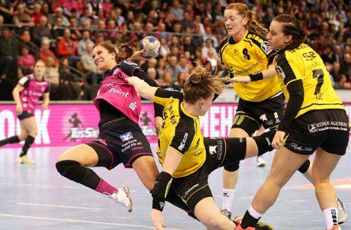 HANDBALL: Bundesliga der Frauen, TuS Metzingen gegen Frisch Auf Göppingen am Samstag (20 Uhr) und zweite Bundesliga der Frauen, FSG Waiblingen-Korb gegen HCD Gröbenzell am Samstag (17.30 Uhr), beide Spiele in der Scharrena – Drei Handball-Teams aus der Region gehen auf Rekordjagd. Die Tussies aus Metzingen gegen Frisch Auf und die Handballerinnen aus Waiblingen-Korb wollen kurz vor Silvester Zuschauerrekorde brechen. Ihre Ziele: die Bestmarke in zweiten Liga (aktuell 3253 Zuschauer) sowie den Rekord in der ersten Liga (6157 Zuschauer) zu brechen. Dafür finden beide Spiele in der Porsche-Arena mit ihrem Fassungsvermögen von 6211 Zuschauern statt. Foto: Baumann