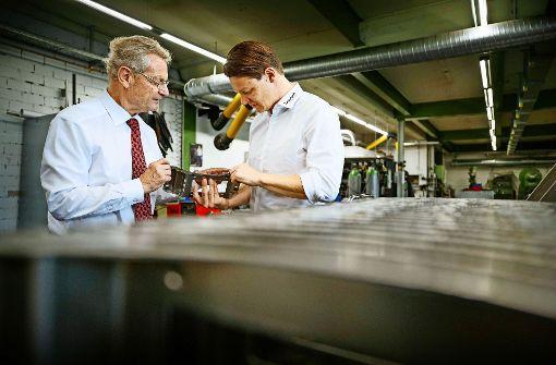 Die beiden Geschäftsführer Reinhard (links) und Florian Winger in der Schweißerei. Foto: Stoppel
