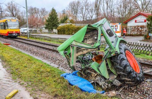 Traktor bei Unfall mit Straßenbahn komplett zerstört