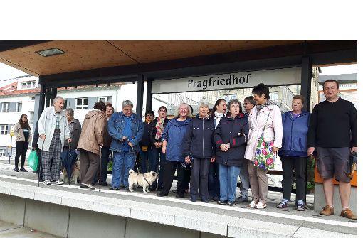 Bürger aus dem Stuttgarter Norden protestieren gegen den Abbau ihrer Stadtbahnhaltestelle in der Friedhofstraße. Foto: Eva Funke