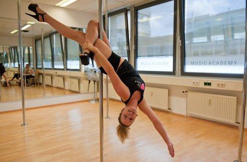 Die 25-jährige Caroline Messick hat im Pole Dance ihren Sport gefunden. Seit zwei Jahren tanzt sie in Vaihingen, inzwischen ist sie selbst Trainerin. Foto: Lichtgut - Oliver Willikonsky