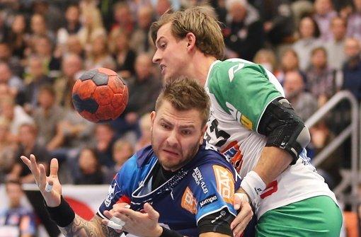 Kampf um jeden Zentimeter: Balingens Christoph Theuerkauf (li.) gegen Niclas Barud (Göppingen) Foto: Baumann