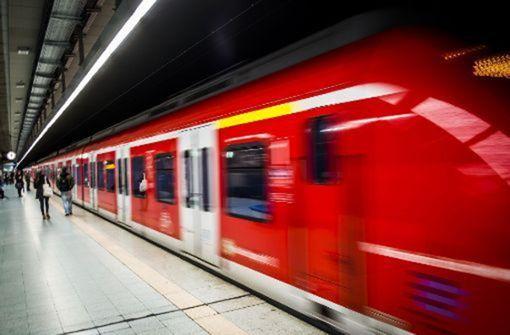 28-Jähriger rutscht mit Bein zwischen S-Bahn und Bahnsteig