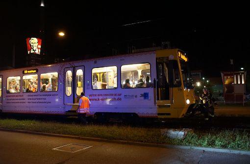 Offenbar wollte der Mann gegen 22.15 Uhr  im Bereich des Großmarkts die Gleise überqueren ... Foto: SDMG