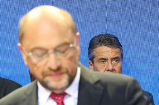 Noch-SPD-Chef Martin Schulz hat bereits aufgegeben, Außenminister Sigmar Gabriel will hingegen offenbar weiter gegen sein politisches Aus kämpfen. Foto: dpa