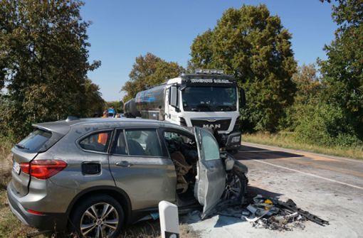 Der Autofahrer war aus bisher ungeklärter Ursache auf den Lkw geprallt. Foto: SDMG