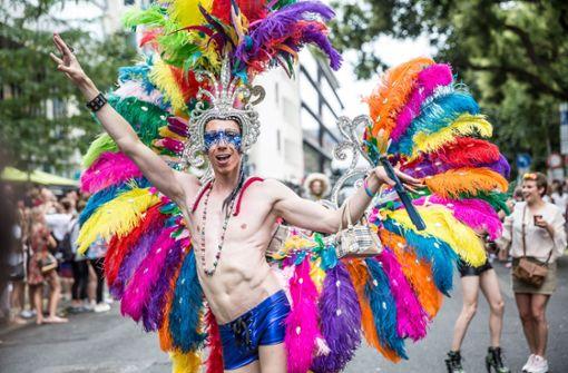 Tausende demonstrieren mit schrillen Kostümen für Gleichberechtigung