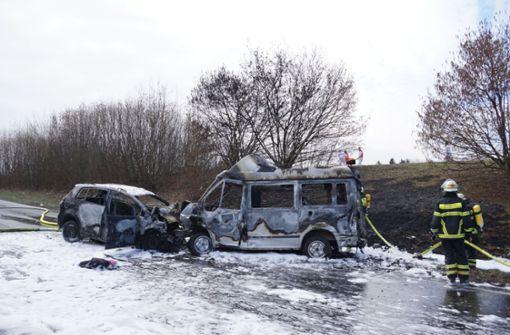 Tödlicher Crash, brennende Autos - Bundesstraße gesperrt