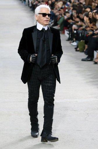 Karl Lagerfeld hat auch im Trend zur Modekunst die Nase vorn. Bei derPräsentation seiner Prêt-à-Porter-Kollektion für Chanel lässt er Models wieelegante Galeriebesucherinnen auftreten. Foto: dpa