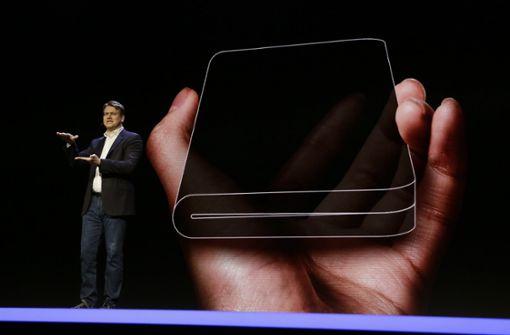Zusammengeklappt ist es so groß wie ein gewöhnliches Smartphone.  Foto: AP
