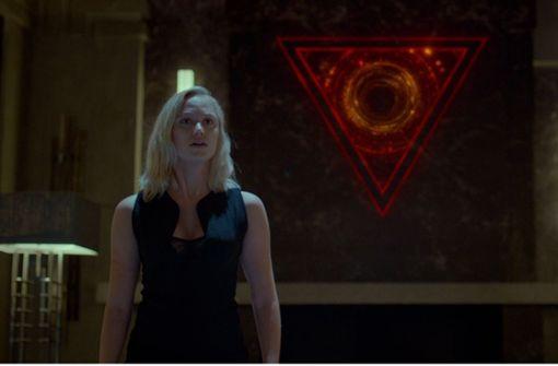 """Maika Monroe und das oszillierende Auge der titelgebenden künstlichen Intelligenz im US-Horror-Thriller """"TAU"""" Foto: Netflix"""