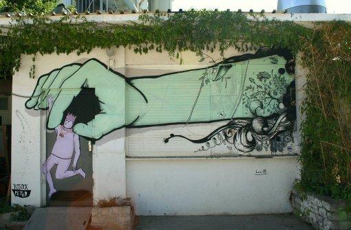 Die beiden Künstlern Peter Kosock und Luc P. bringen Street-Art Kunst an den Stuttgarter Nordbahnhof Foto: Kosock/Luc P