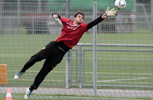 Andre Weis in Aktion: Der Torhüter beim Training der ersten Mannschaft des VfB Stuttgart.  Foto: Baumann