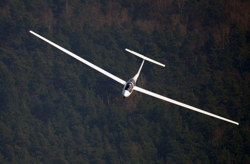 Segelflieger landet mitten auf Feldweg