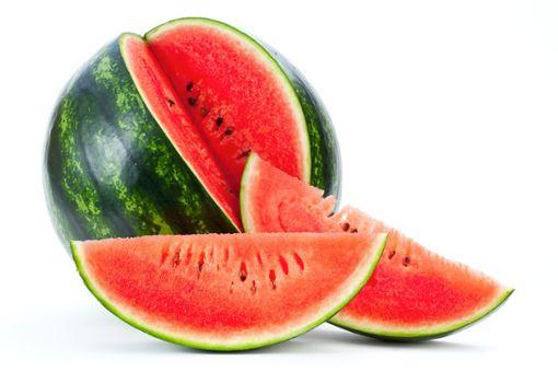 Wer sich schwer tut, genügend zu trinken, kann auch zu Obst greifen. 96 Prozent Wasser, drei Prozent Kohlenhydrate: bWassermelonen/b sind ein idealer Flüssigkeitslieferant für heiße Tage im Büro. Auch Erdbeeren oder Gurken eignen sich als Wasserspender, die man gut mit ins Büro nehmen kann. Foto: AdobeStock