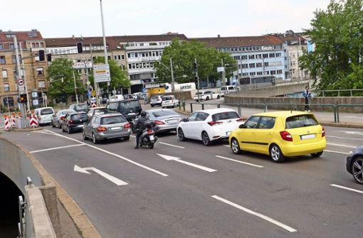 Vom 22.  bis  24. Mai werden stadtauswärts die Rechtsabbiegespuren in die Mercedesstraße und zwischen 5 und 15 Uhr die rechte Geradeausspur gesperrt. Foto: Uli Nagel
