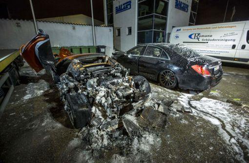 Rund eine halbe Million Euro waren die beiden Autos wert – übrig geblieben sind davon nur  Wracks. Foto: 7aktuell.de/Simon Adomat