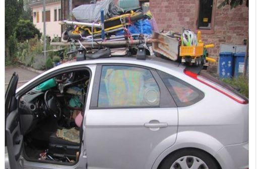 Chaotische Irrfahrt in einem total beladenen Auto