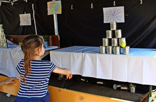 Beim Dosenwerfen in Kaltental geben die Kinder ihr Bestes. Foto: Jacqueline Fritsch