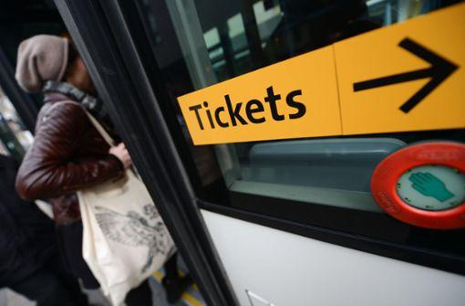 Kann ein kostenloses Fahren in Bussen und Bahnen mehr Menschen vom Pkw abbringen? Das wäre eine ernste Debatte wert. Foto: dpa