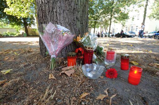 Blumen und Kerzen stehen an einem Baum auf einem Spielplatz. Bei einem Streit zwischen zwei Männergruppen in Köthen. Foto: dpa