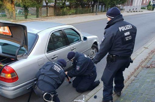 Polizisten wechseln 96-Jährigem den Autoreifen