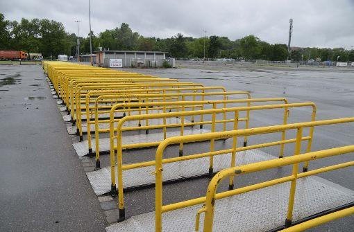 Hierüber werden die Fans am Sonntag auf das Gelände gelassen. Foto: Andreas Rosar Fotoagentur-Stuttg