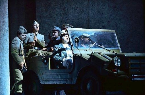 Der Herzog (Artavazd Sargysan) mit Jeep und Flötist Foto: ROSSINI IN WILDBAD |