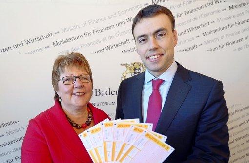 Wollen zum Spielen animieren, aber nicht zu sehr: Finanzminister Nils Schmid (r.) mit der designierten Lotto-Chefin Marion Caspers-Merk. Foto: dpa