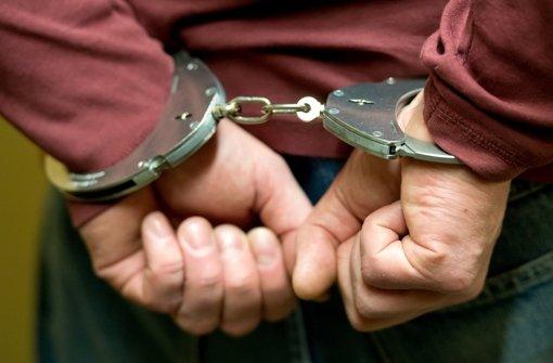 Ein erwischter Straftäter in Handschellen – doch was passiert mit strafunmündigen Jungtätern? Foto: dpa