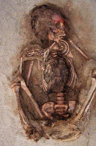 Das Foto zeigt ein Kinderskelett an seinem Fundort Huanchaquito-Las Llamas. Peruanischen und US-amerikanischen Archäologen ist mit der Entdeckung eines alten Massengrabes im Norden Perus  ein Sensationsfund gelungen.  Foto: dpa/National Geographic