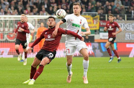 Tim Leibold (li.) und der 1. FC Nürnberg präsentieren sich in dieser Saison bislang als äußerst kampfstark. Foto: dpa