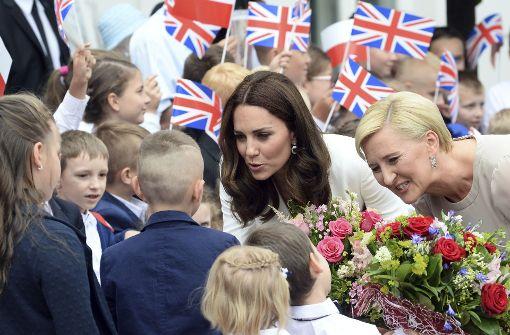 Herzogin Kate und die polnische First Lady Agata Kornhauser-Duda im Gespräch mit Kindern Foto: AP
