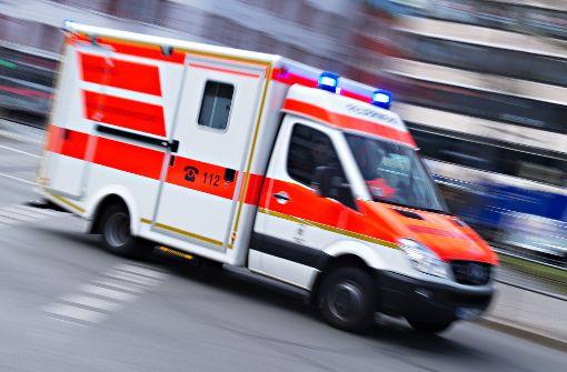 Ein Rettungswagen mit eingeschaltetem Blaulicht (Symbolbild). Foto: dpa