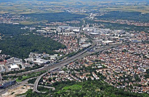 Die Vogelperspektive  auf  Zuffenhausen umreißt   das Problem: Die Verkehrsschneisen trennen den  Stadtbezirk in mehrere Teile. Foto: Archiv Storck
