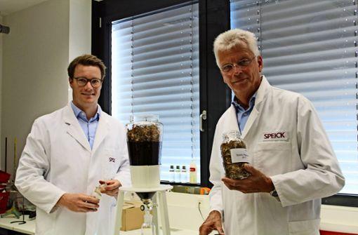 Wikhart Teuffel (rechts) leitet das Unternehmen. Mit seinem Sohn Valentin (links) steht der  Nachfolger auf den Speick-Chefsessel aber schon in den Startlöchern. Foto: Tilman Baur