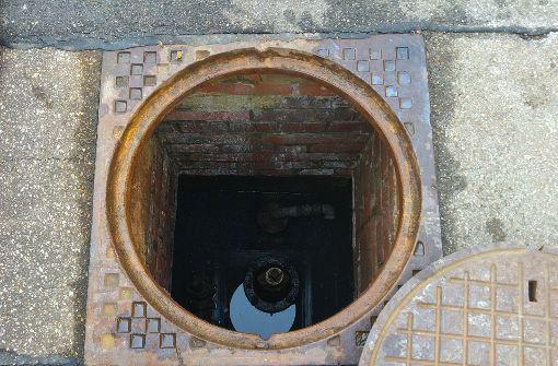 Aus diesem Schacht strömte das Wasser über den Gehweg auf die Straßen. Foto: Jürgen Brand