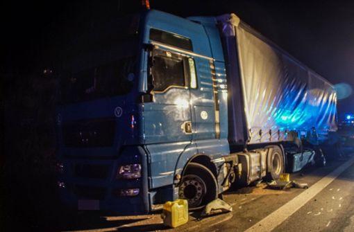 Der Sattelzug war an einem parkenden Lastwagen vorbeigeschrammt. Foto: SDMG
