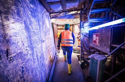 Baustellenlampen erhellen die dunkle Tunnelröhre. Foto: Lichtgut/Julian Rettig