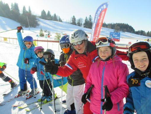 Spielerisch lernen Kinder im großzügigen Kindergelände der Skischule Nesselwang das Skifahren  Foto: Nesselwang Marketing GmbH