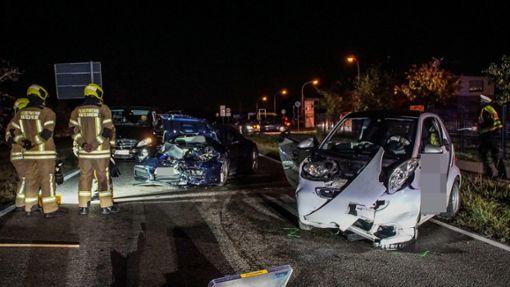 Zwei Autos prallen Frontal aufeinander