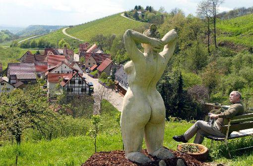 """Die Skulptur """"Deutsche Apfelkönigin"""" des Künstlers Peter Lenk steht auf einer Streuobstwiese oberhalb von Etzleswenden. An einem Steilhang am Ortsende blickt die üppig geformte Frauenskulptur sinnend in die Landschaft. In unserer Bildergalerie zeigen wir die krassesten Skulpturen des Skandal-Bildhauers. Foto: dpa"""