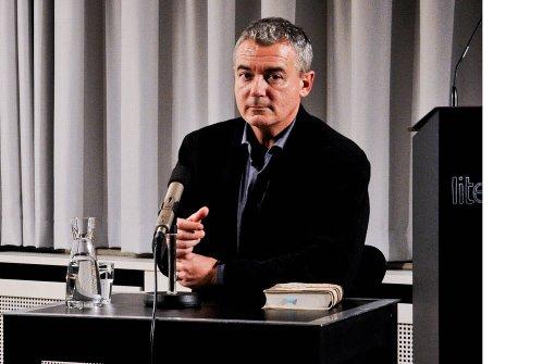 Ilija Trojanow, hier im Stuttgarter Literaturhaus, kritisiert die Abschaffung des Preises vehement. Foto: Lichtgut/Volker Hoschek