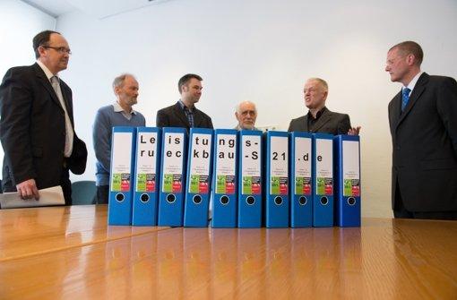 Ordner mit etwa 20.000 Unterschriften für das 4. Bürgerbegehren gegen Stuttgart S-21 stehen am Montag auf einem Tisch im Rathaus in Stuttgart. Foto: dpa